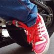 バイクのステップに靴紐が引っかかる