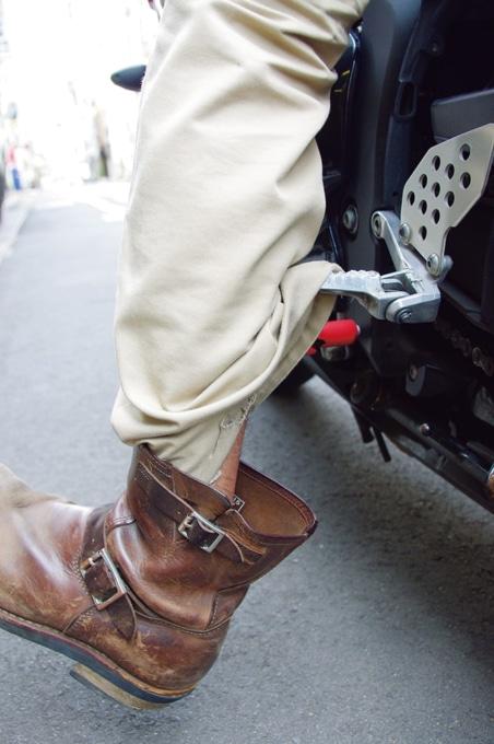 バイクのステップにパンツの裾が引っかかる