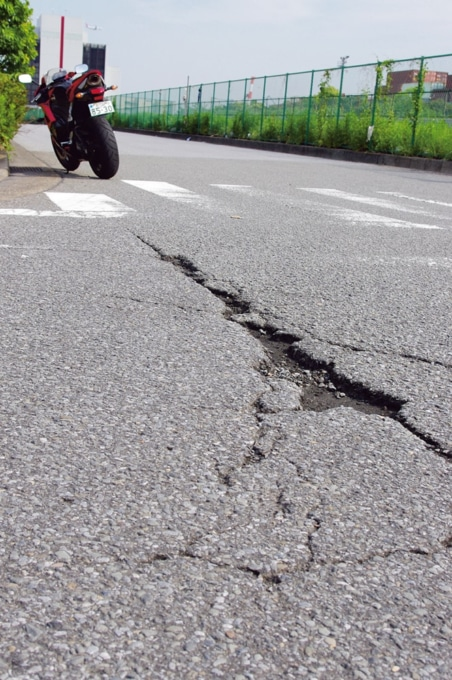 道路にできた穴