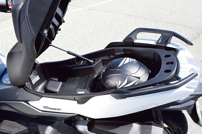 BMW C400GT シート下トランク