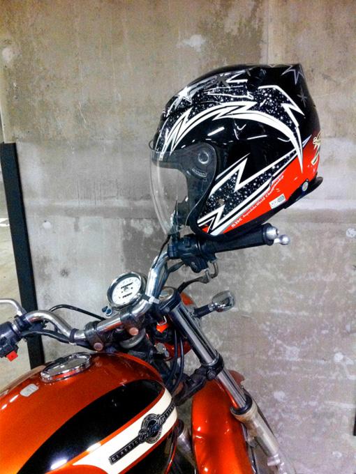 ミラー掛けされたヘルメット