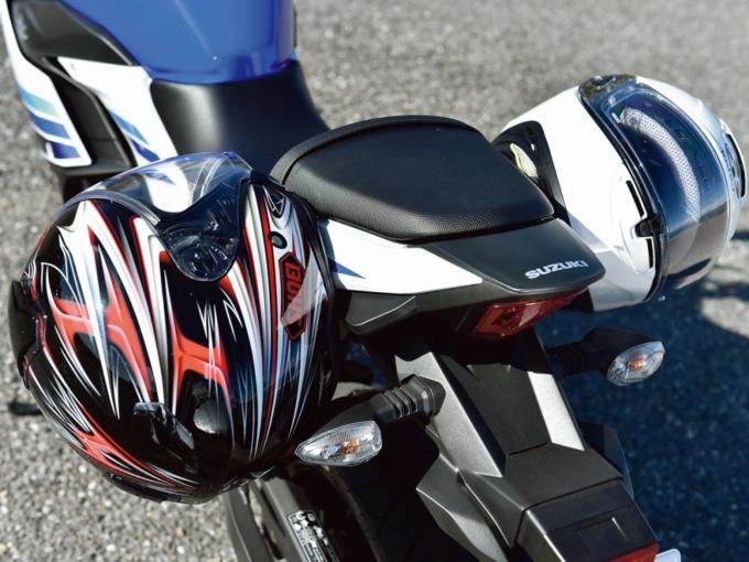 ヘルメットホルダーに装着されたヘルメット