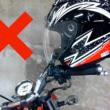 ミラー掛けはヘルメットの寿命を縮める恐れあり