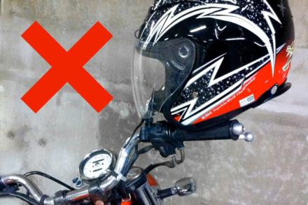 【豆知識】ミラー掛けはヘルメットの寿命を縮める恐れあり