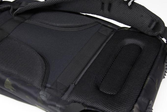 ライズ トランスポータースーパーコンボ RTS01 背面はメッシュとウレタンパッドで通気性とフィット感を高めている