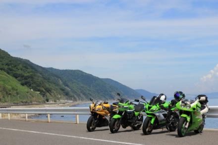 バイクと山と海岸線