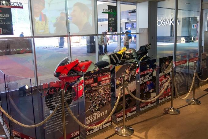 鈴鹿パーキングエリア内の鈴鹿8耐展示コーナー