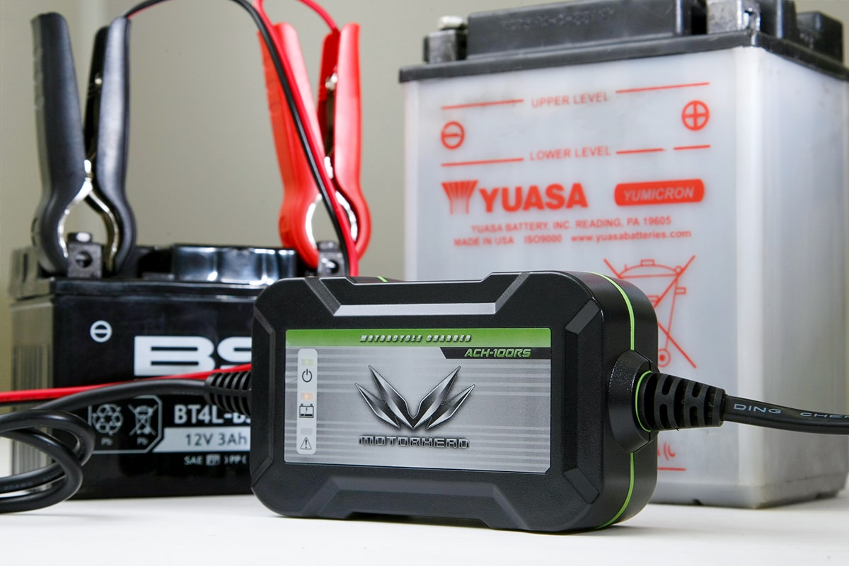 MOTORHEAD RIDERS BATTERY CHARGER ACH-100RSで充電している様子