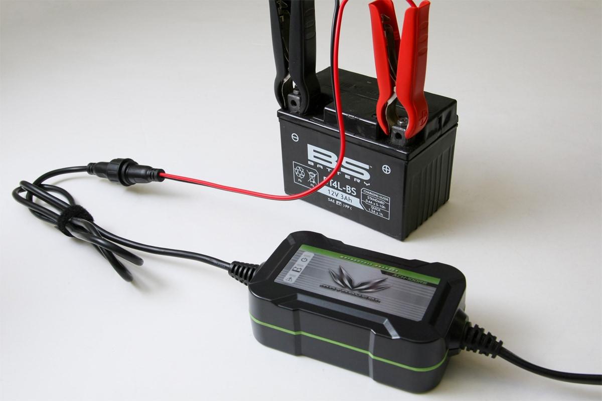 MOTORHEAD RIDERS BATTERY CHARGER ACH-100RSに付属のワニ口クリップケーブルを使って充電している様子