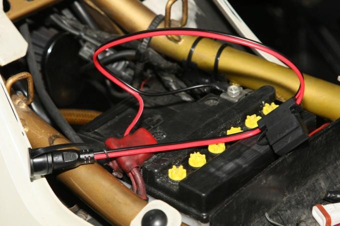 MOTORHEAD RIDERS BATTERY CHARGER ACH-100RSで車両側ケーブルを使って充電している様子