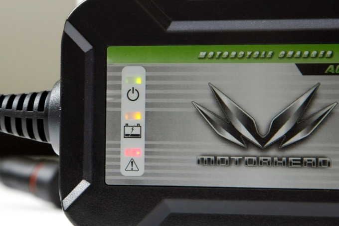 MOTORHEAD RIDERS BATTERY CHARGER ACH-100RSの充電状態を示すインジケータ