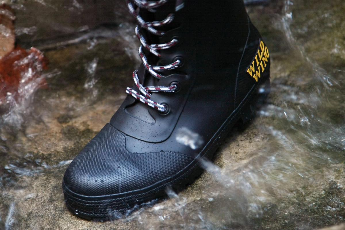 WILDWING RIN-001 フラミンゴ ラバーレインブーツ(長靴)で水たまりの上を歩いている様子