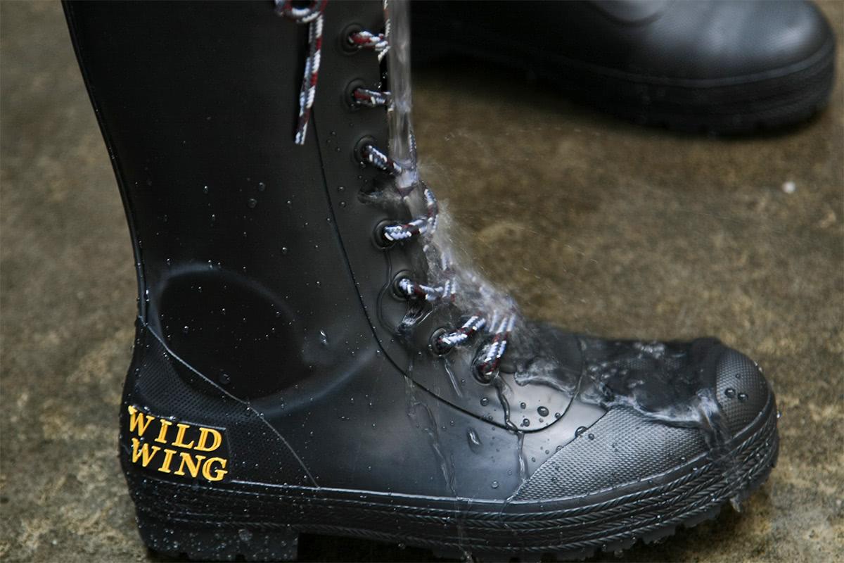 WILDWING RIN-001 フラミンゴ ラバーレインブーツ(長靴)の継ぎ目がありそうな先端部分をねらって水をかけている様子