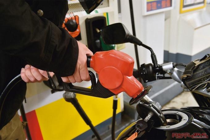 バイクにレギュラーガソリンを給油