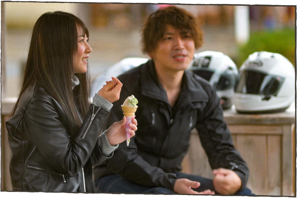 アイスクリームを食べながら楽しく会話をする2人