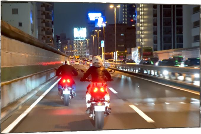 都会の夜景の中を走る2台のカタナ