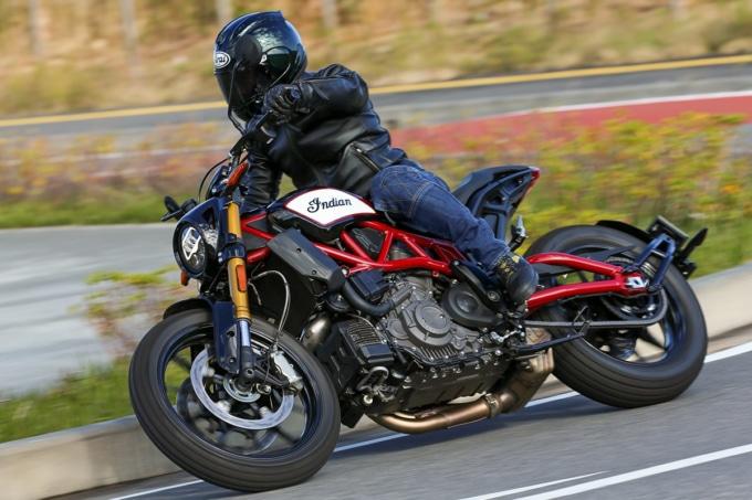 インディアンモーターサイクル FTR1200S コーナーリング走行