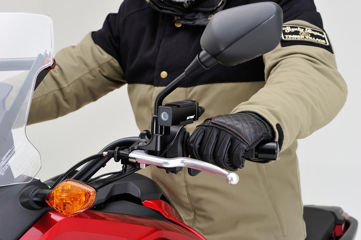 デイトナ ドライブレコーダー DDR-S100 バイクのハンドルに装着した例