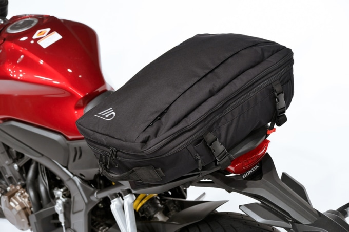 GWM X-OVER DAYPACK 30をリヤシートに積載