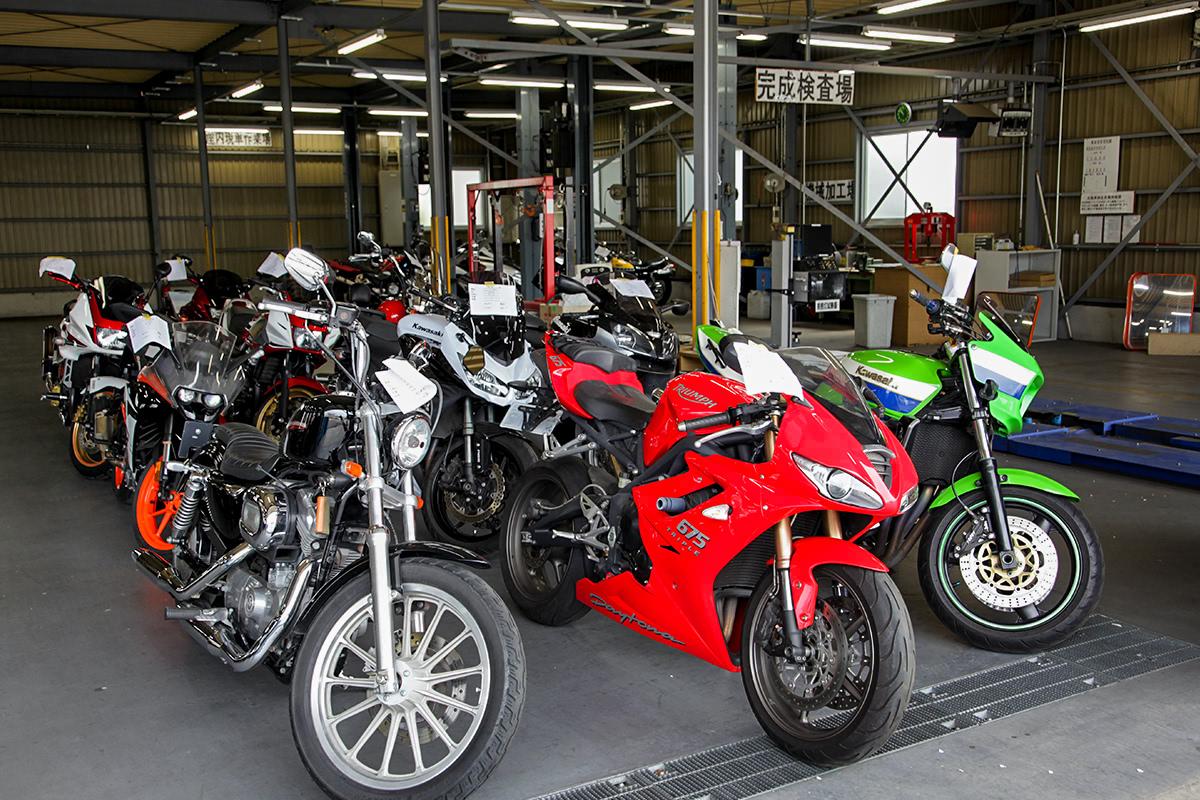 2りんかん車検センター 美女木工場で車検待ちの様々なバイク