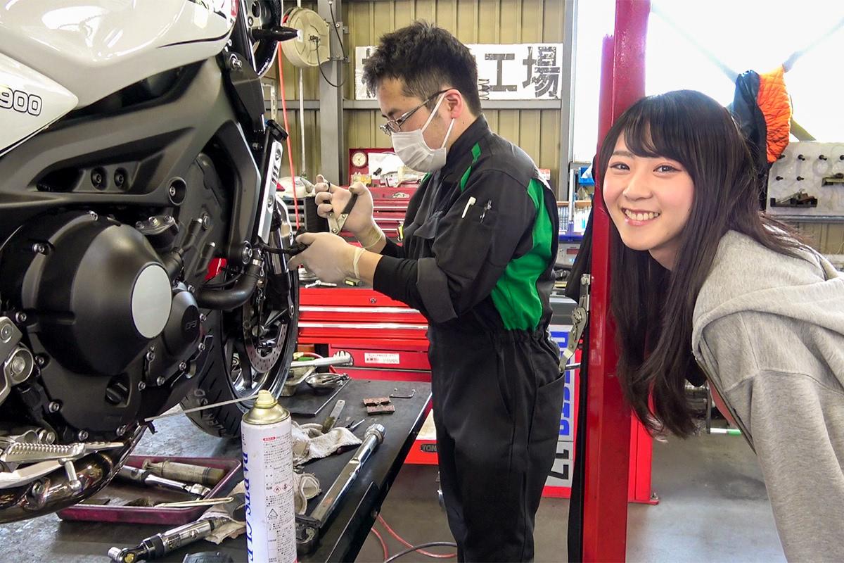 2りんかん車検センター 美女木工場でブレーキキャリパーの清掃をしている様子