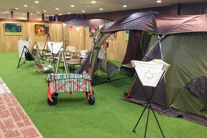GS-M(グッドスピードモーターサイクル) 店内のLOGOSのテントなどキャンプ用品一式の展示スペース