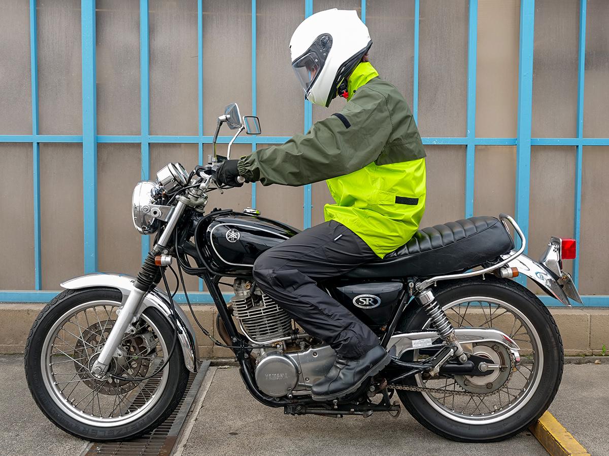 GWM(GOLDWIN MOTORCYCLE) Gベクター3 コンパクトレインスーツ 乗車姿勢