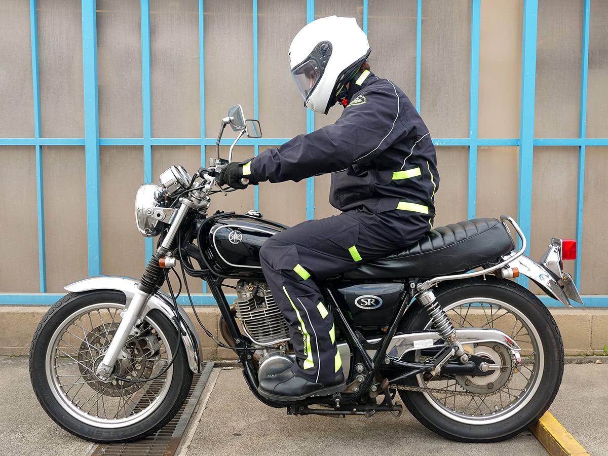 クシタニ K-3025 ストレッチレインスーツを着て乗車姿勢をとった状態