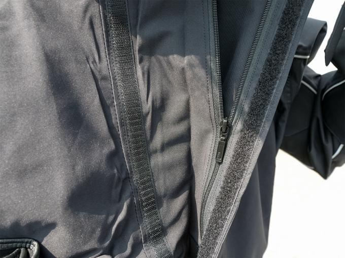 クシタニ K-3025 ストレッチレインスーツ ジャケットの大型ファスナーカバー