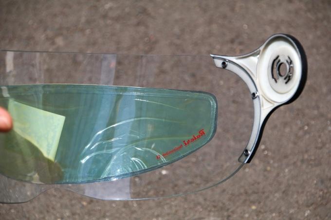 ヘルメットのバイザーに貼り付けたRaleri Photochromic Antifog Insert(ラレリー フォトクロミック アンチフォグ インサート)
