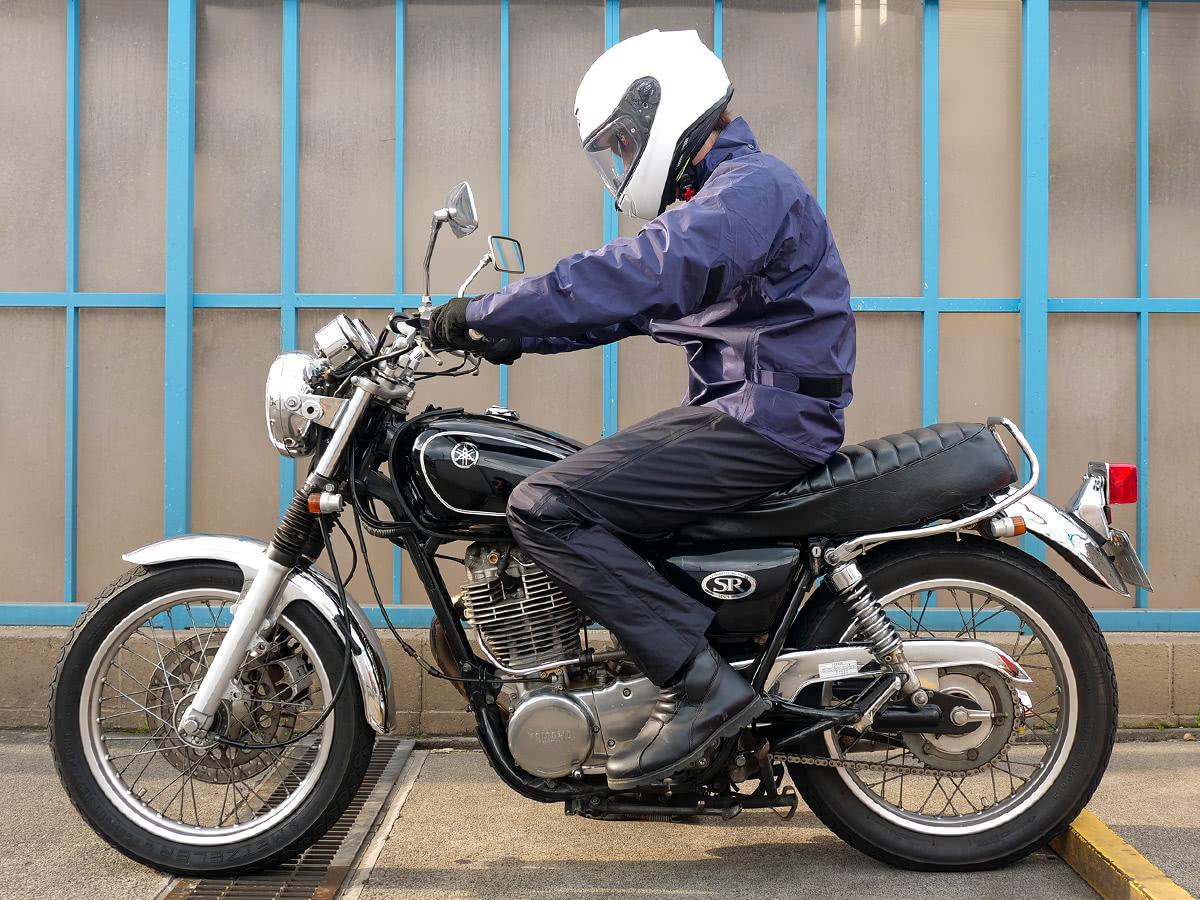 ワイズギア YAR28 サイバーテックスⅢ ダブルガードレインスーツを着て乗車姿勢をとった状態