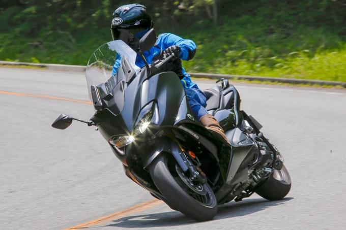 ヤマハ TMAX560 TECH MAX ABSのコーナリング走行