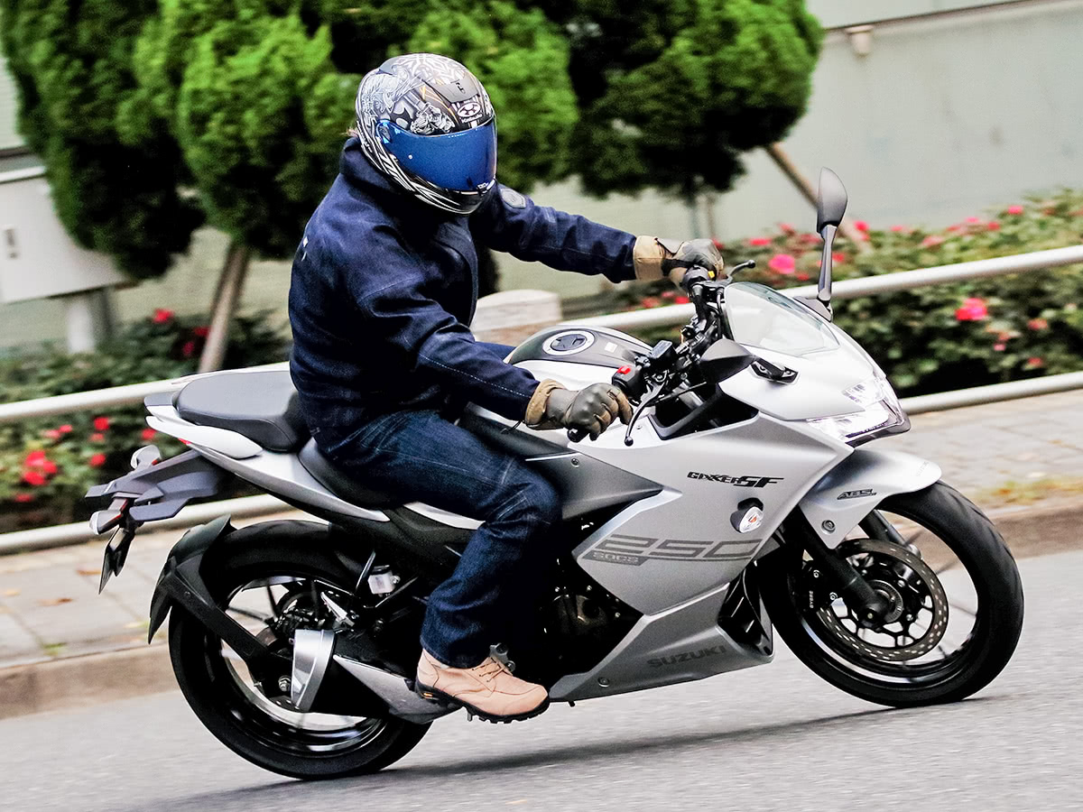 GOLDWIN MOTORCYCLE GWM ゴアテックスデニムジャケットとゴアテックスデニムパンツを着てバイクで走るライダー