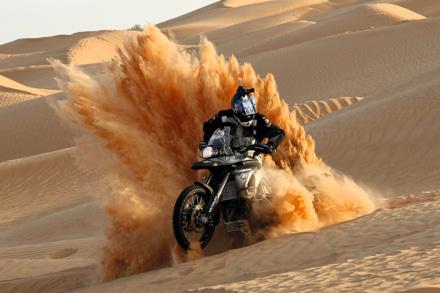 2008年チュニジアで行われた第1回インターナショナルGSトロフィーで砂煙を巻き上げながら砂漠と格闘する様子