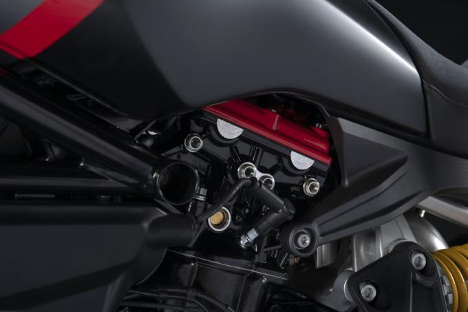 ドゥカティ 2021年モデル Xディアベル・ブラックスター 赤く塗られたシリンダーヘッドカバー