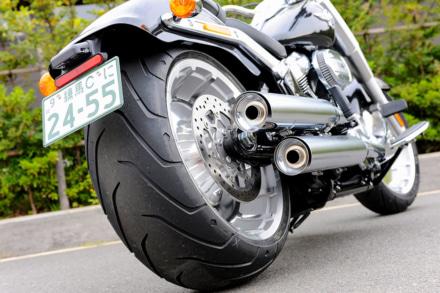 太いサイズのリヤタイヤを装着したバイク