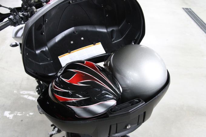 帽体の小さなヘルメットを2個収めたトップケース