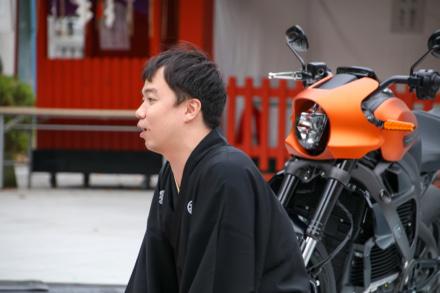 オープニングイベントでハーレー落語を披露する立川吉笑氏