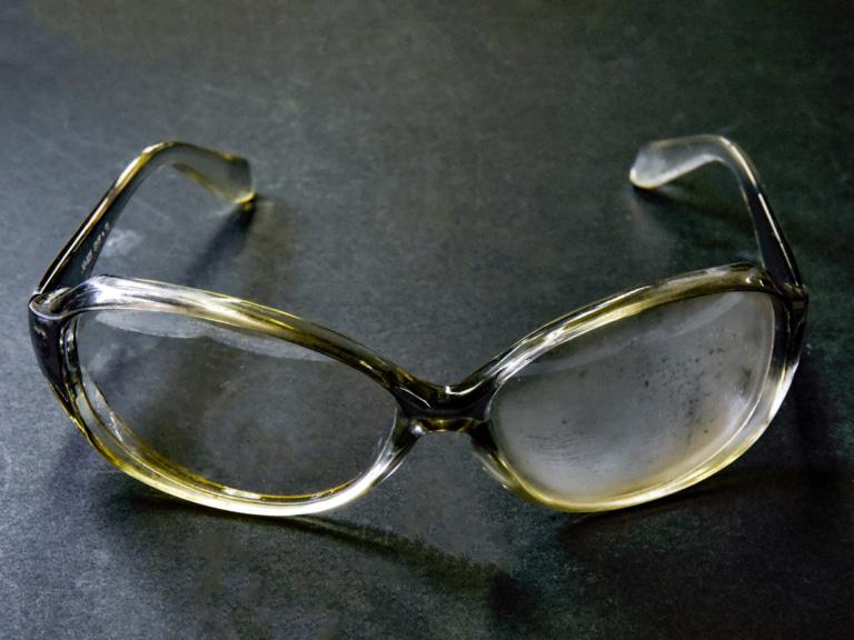 Sven Can See くもり止めジェルを片側だけ塗ったメガネ