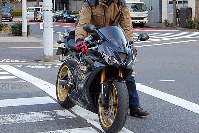 バイクを押し歩きで横断歩道を渡っている様子