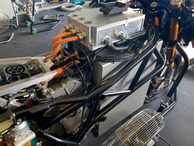 MotoEマシンの巨大なバッテリーと制御ユニット