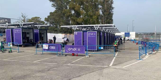 MotoEマシンを充電する充電スタンド